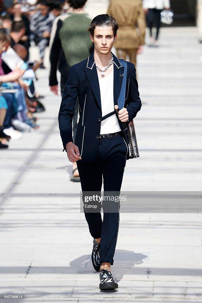 Louis Vuitton : Runway - Paris Fashion Week - Menswear Spring/Summer 2017 : News Photo