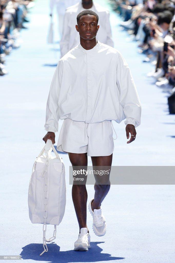 Louis Vuitton: Runway - Paris Fashion Week - Menswear Spring/Summer 2019 : Fotografía de noticias