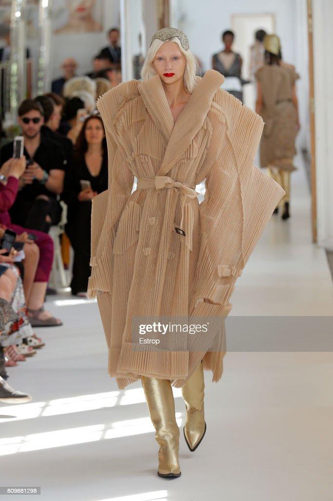 Maison Margiela : Runway - Paris Fashion Week - Haute Couture Fall/Winter 2017-2018 : Nachrichtenfoto