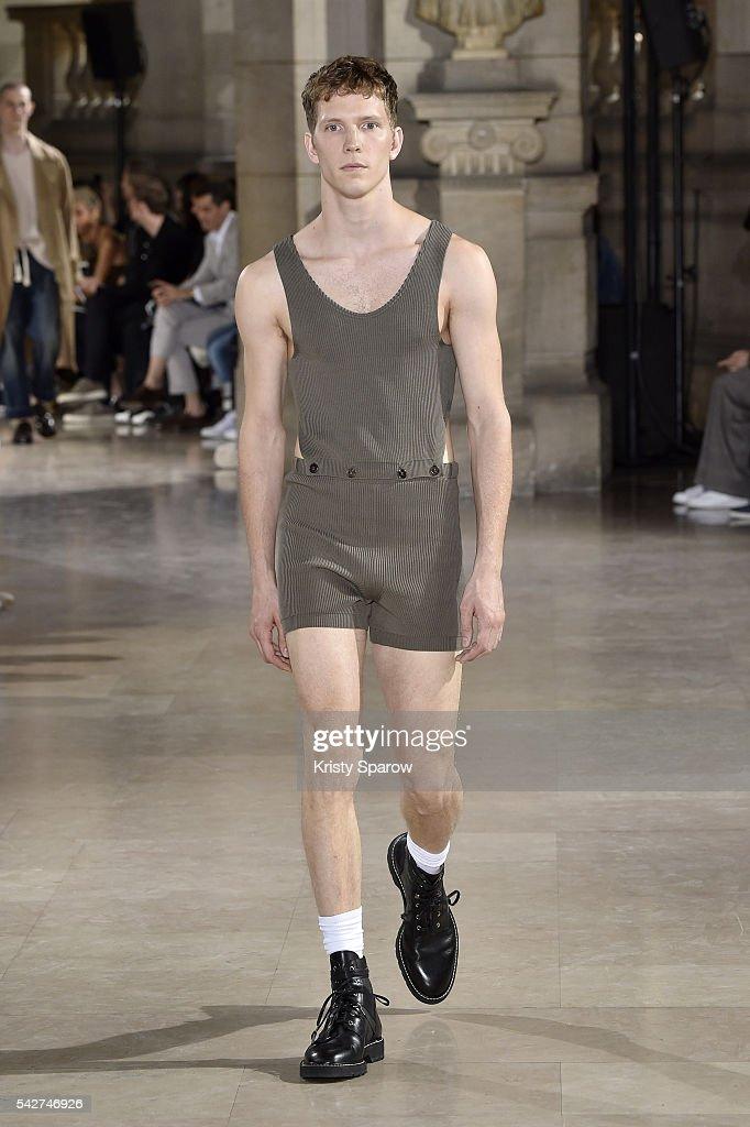 Maison Margiela : Runway - Paris Fashion Week - Menswear Spring/Summer 2017 : News Photo