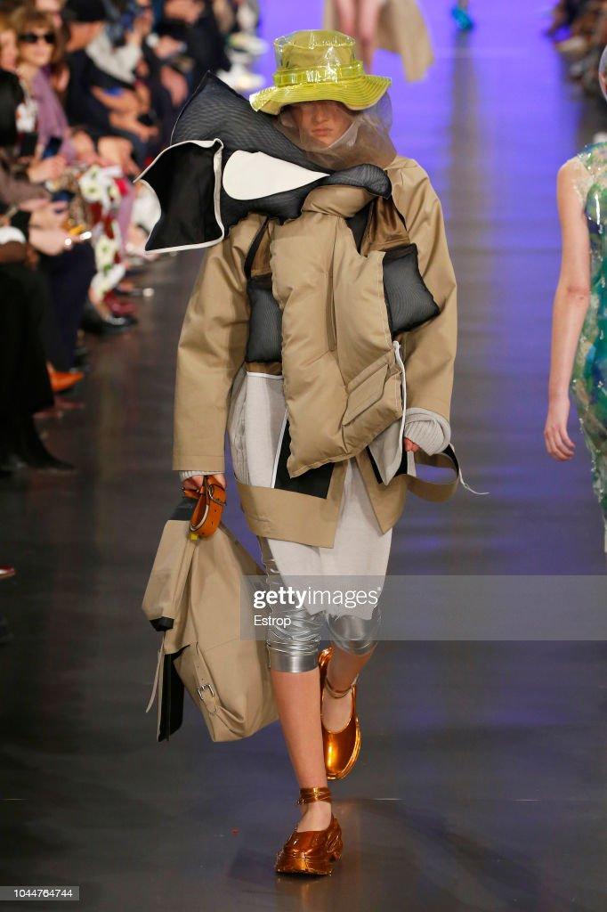 Maison Margiela : Runway - Paris Fashion Week Womenswear Spring/Summer 2019 : Fotografia de notícias