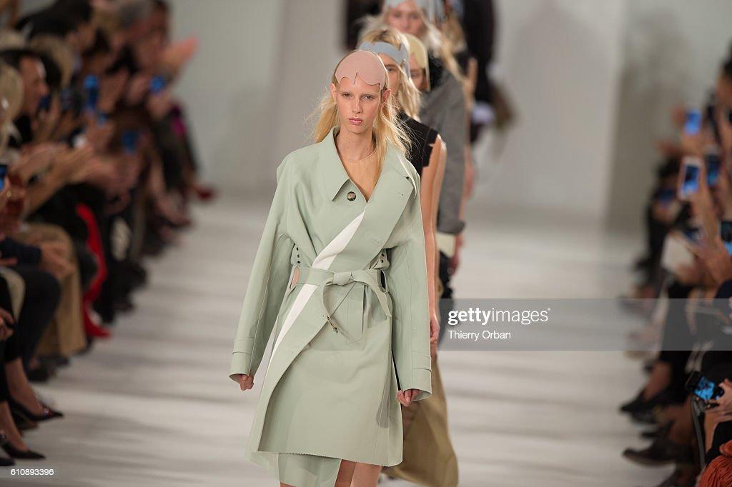 Maison Margiela : Runway - Paris Fashion Week Womenswear Spring/Summer 2017 : Nieuwsfoto's
