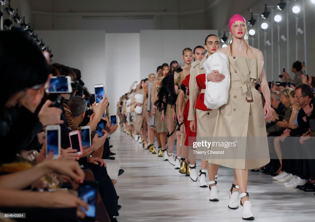 Maison Margiela : Runway - Paris Fashion Week Womenswear Spring/Summer 2018 : ニュース写真