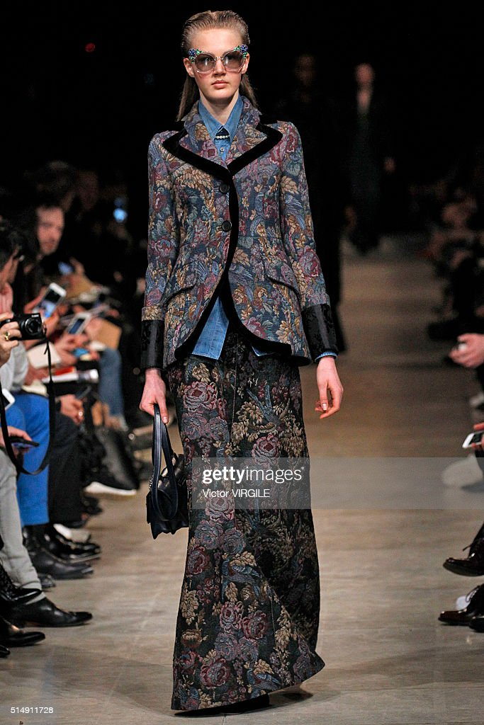 Miu Miu : Runway - Paris Fashion Week Womenswear Fall/Winter 2016 : Nachrichtenfoto