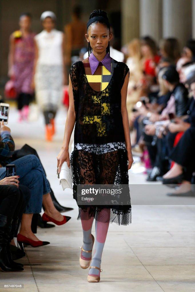 Miu Miu : Runway - Paris Fashion Week Womenswear Spring/Summer 2018 : ニュース写真