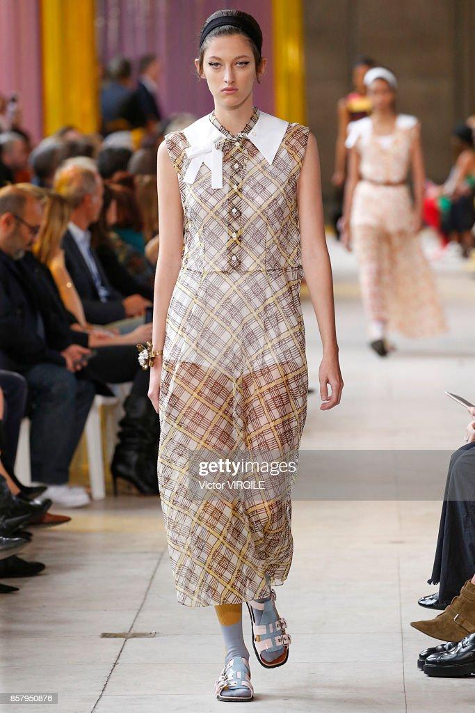 Miu Miu : Runway - Paris Fashion Week Womenswear Spring/Summer 2018 : Nachrichtenfoto