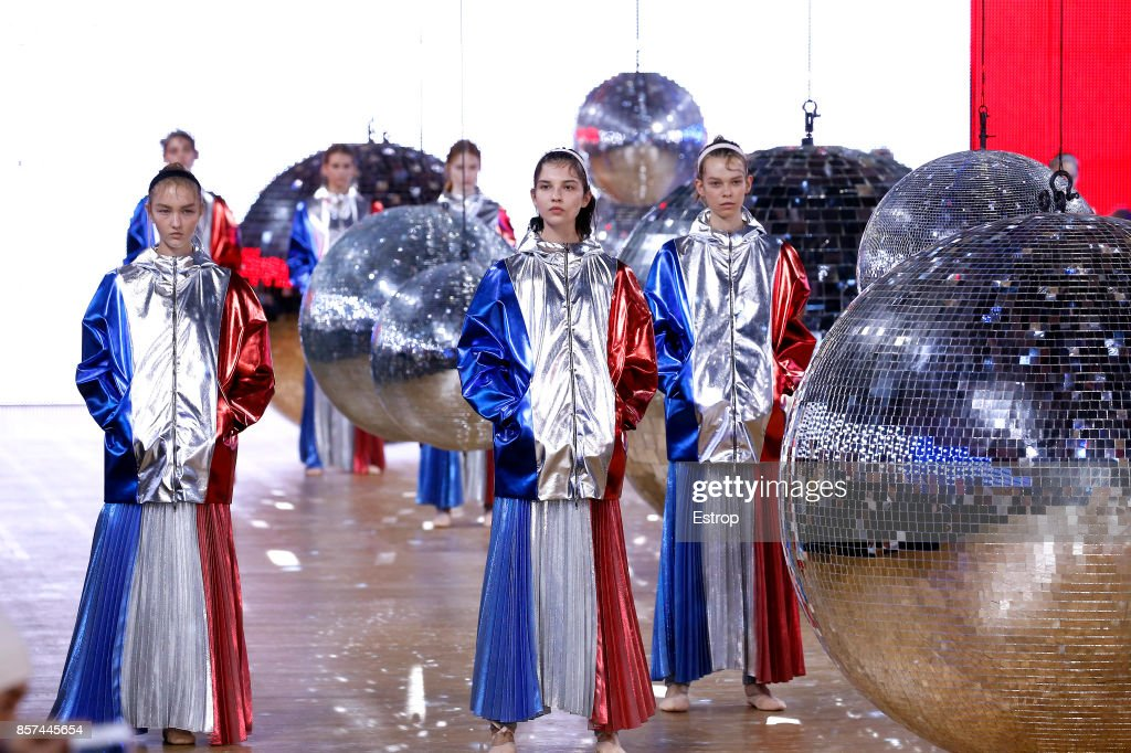Moncler Gamme Rouge : Runway - Paris Fashion Week Womenswear Spring/Summer 2018 : ニュース写真