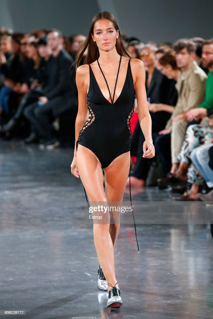 Mugler : Runway - Paris  Fashion Week Womenswear Spring/Summer 2018 : ニュース写真