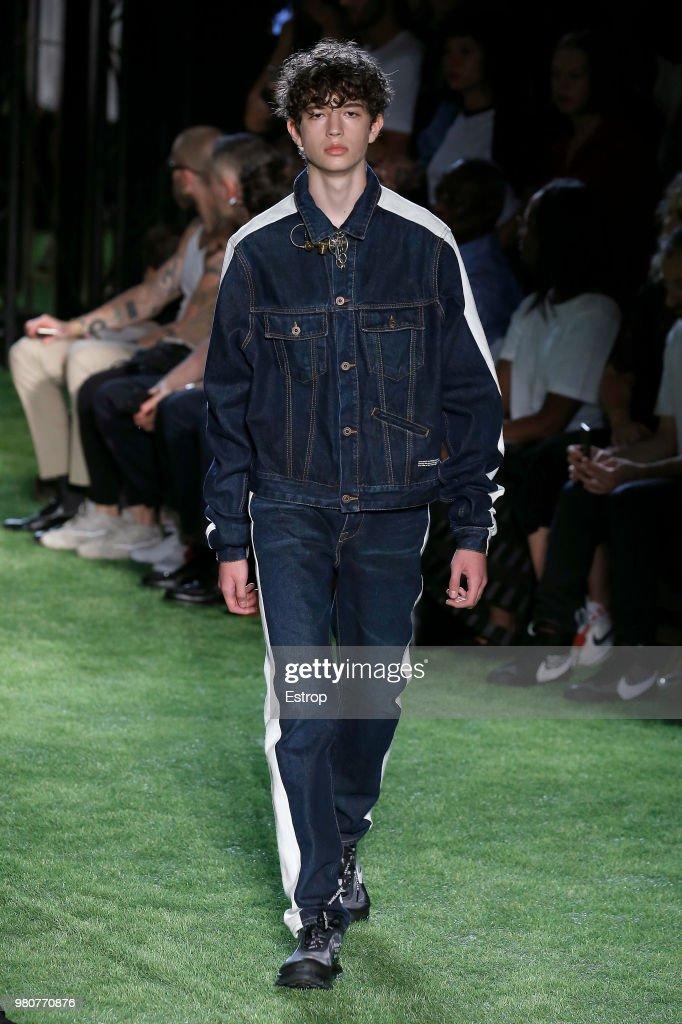 Off-White : Runway - Paris Fashion Week - Menswear Spring/Summer 2019 : ニュース写真