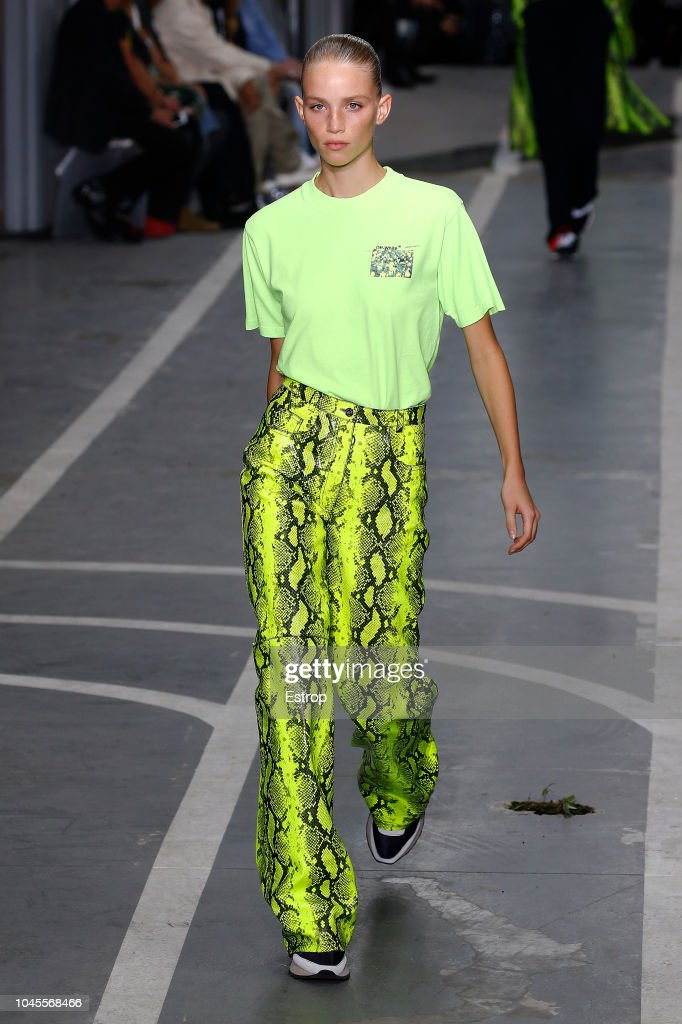Off-White : Runway - Paris Fashion Week Womenswear Spring/Summer 2019 : ニュース写真