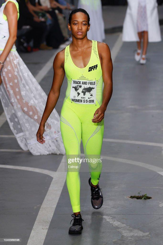 Off-White : Runway - Paris Fashion Week Womenswear Spring/Summer 2019 : ニュース写真