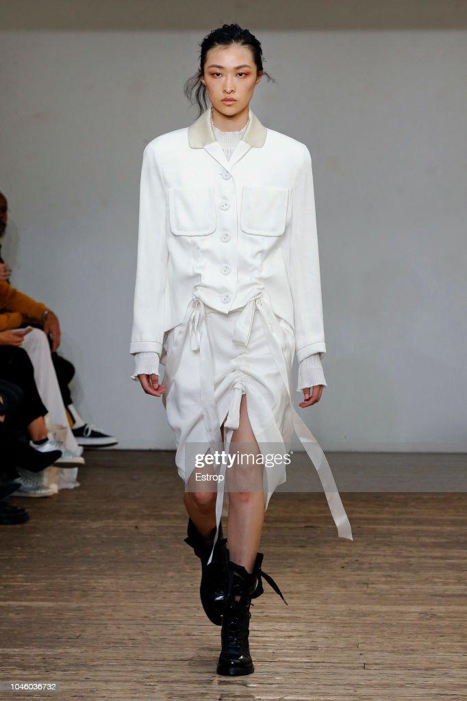 Olivier Theyskens : Runway - Paris Fashion Week Womenswear Spring/Summer  2019 : ニュース写真