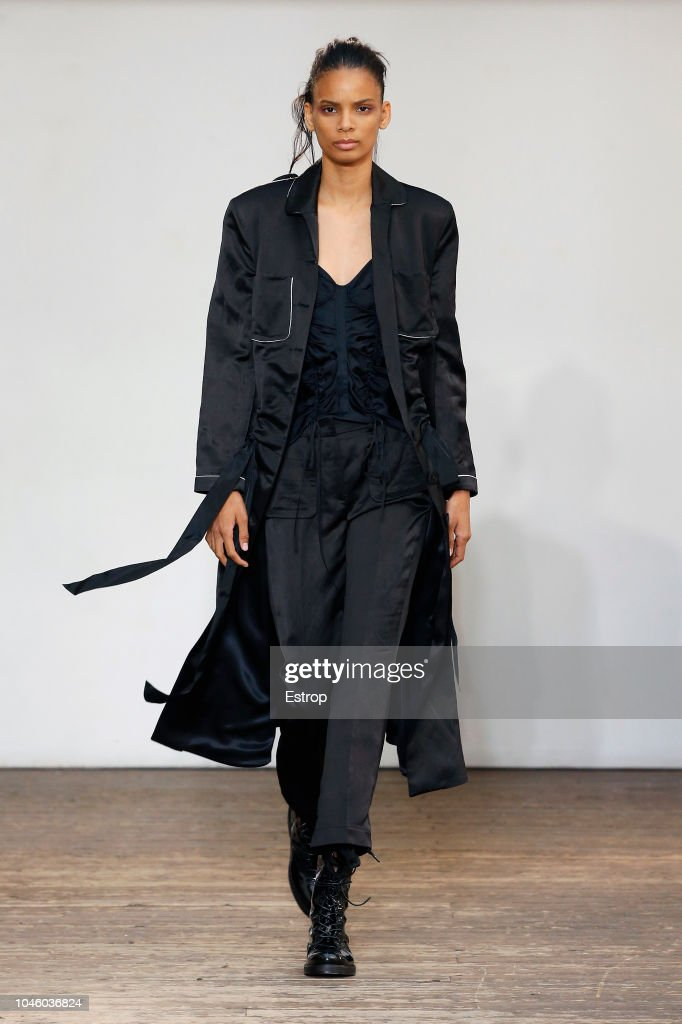 Olivier Theyskens : Runway - Paris Fashion Week Womenswear Spring/Summer  2019 : ニュース写真
