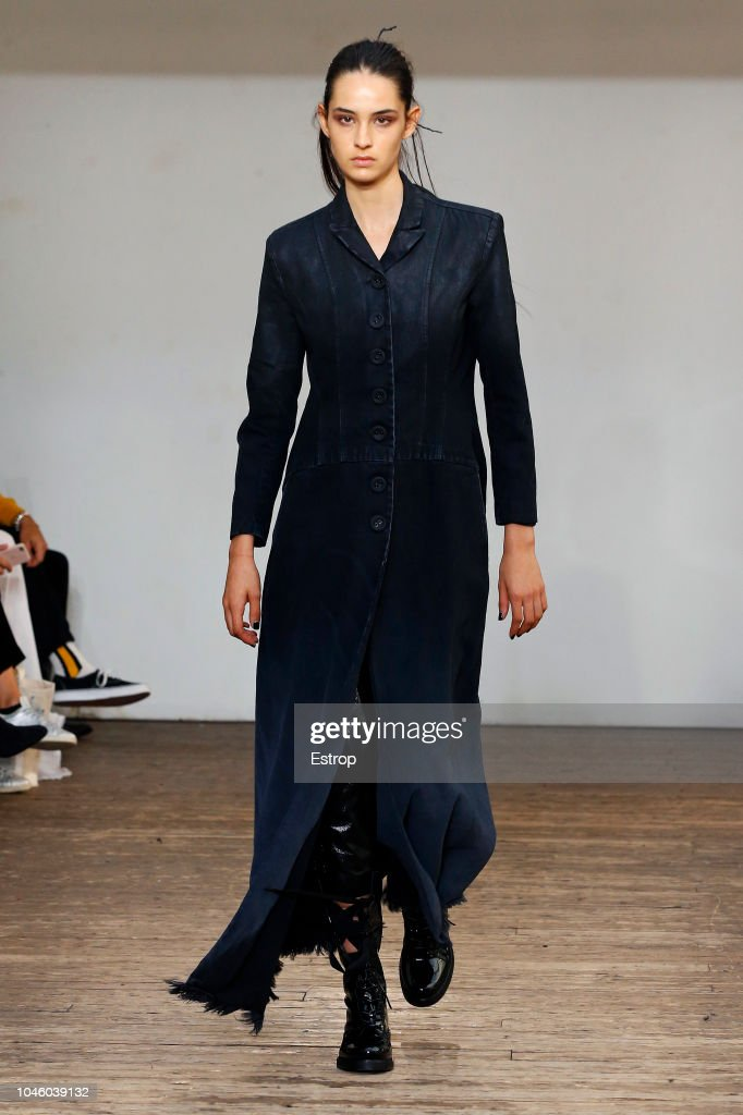 Olivier Theyskens : Runway - Paris Fashion Week Womenswear Spring/Summer  2019 : Fotografia de notícias