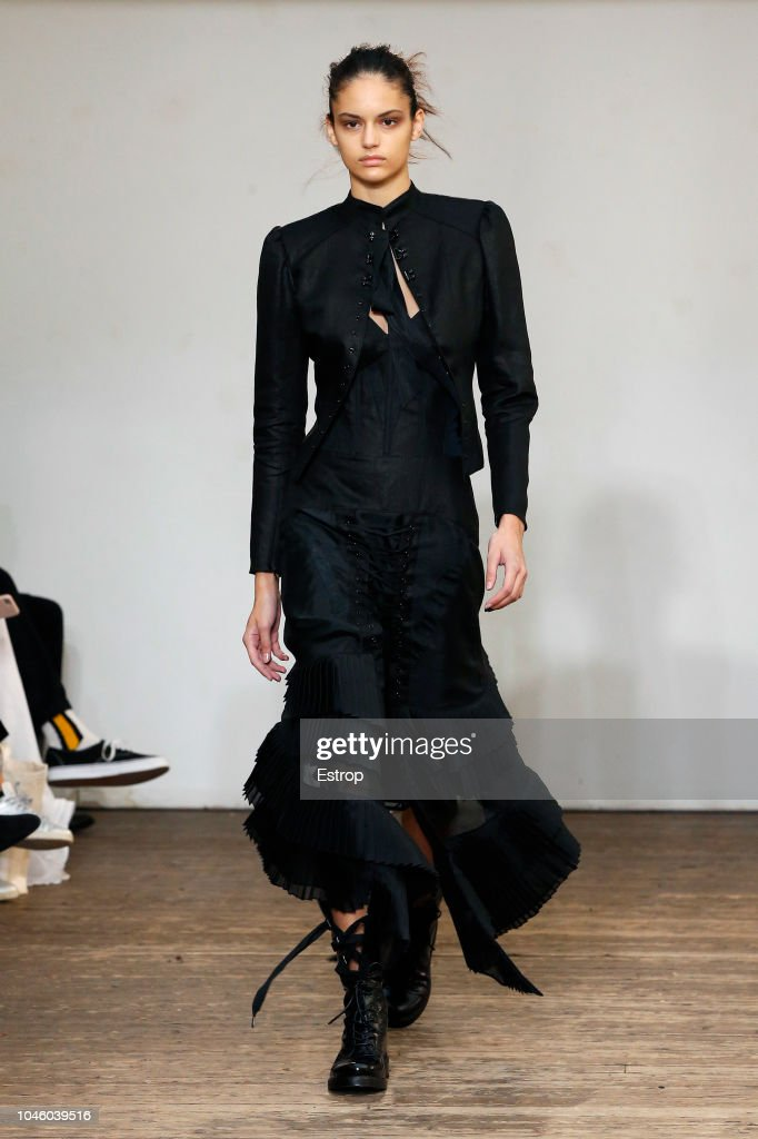Olivier Theyskens : Runway - Paris Fashion Week Womenswear Spring/Summer  2019 : Nachrichtenfoto