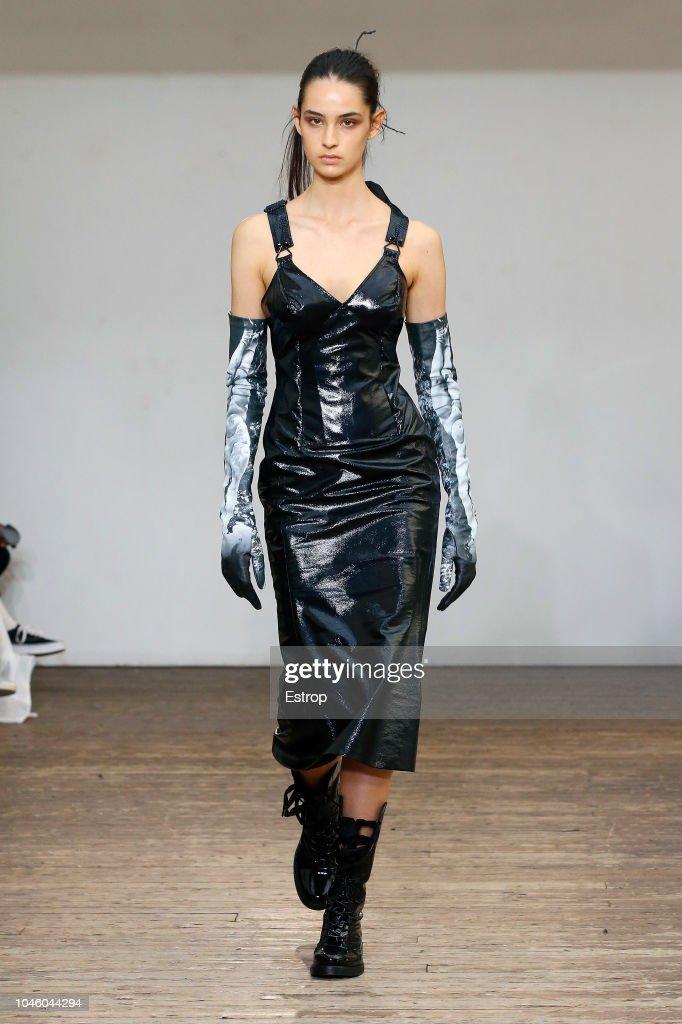 Olivier Theyskens : Runway - Paris Fashion Week Womenswear Spring/Summer  2019 : News Photo