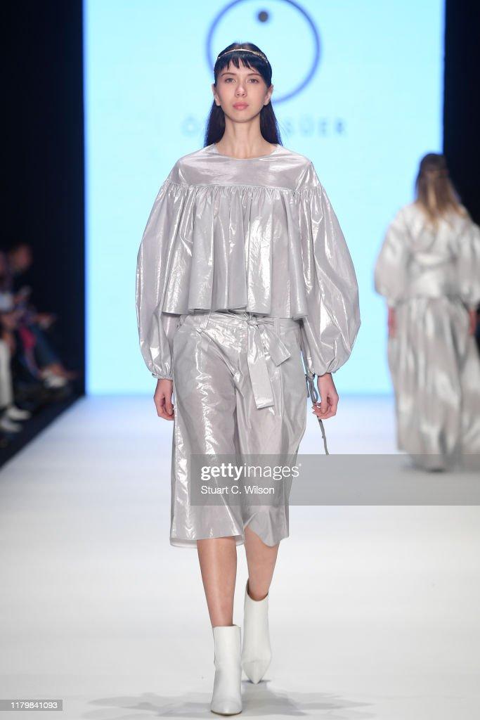 Ozlem Suer - Runway - Mercedes-Benz Fashion Week Istanbul - October 2019 : News Photo