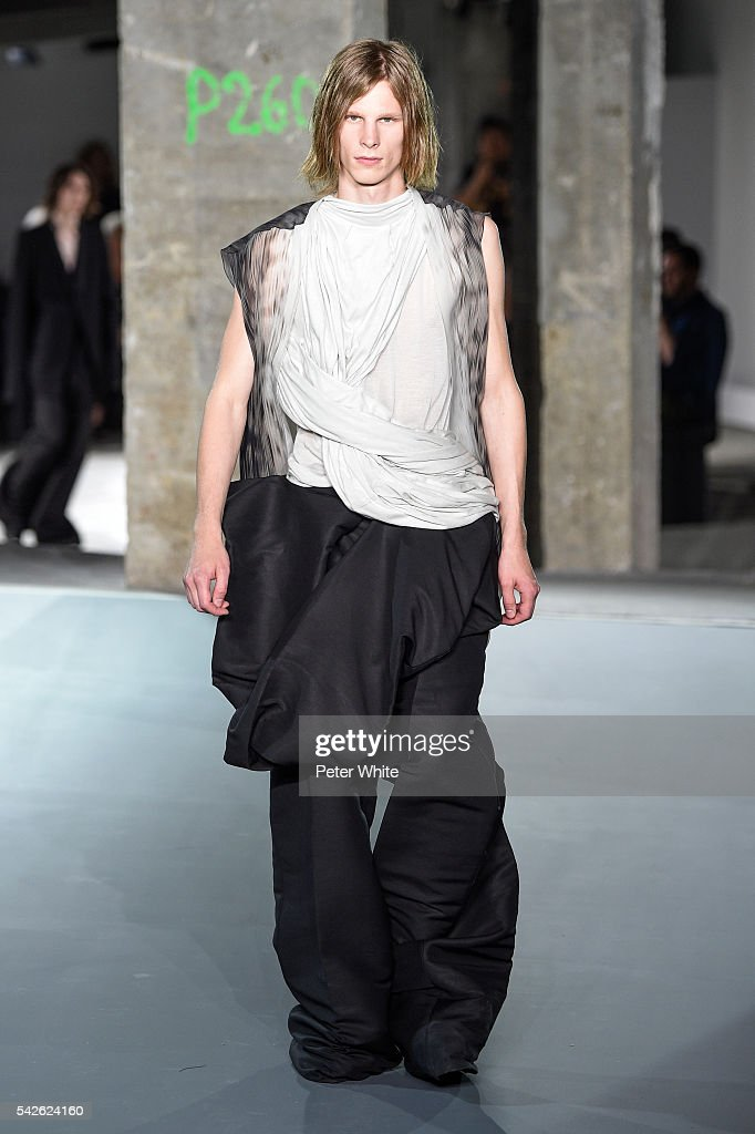 Rick Owens : Runway - Paris Fashion Week - Menswear Spring/Summer 2017 : News Photo