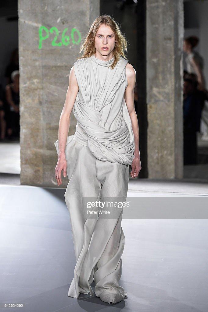 Rick Owens : Runway - Paris Fashion Week - Menswear Spring/Summer 2017 : News Photo