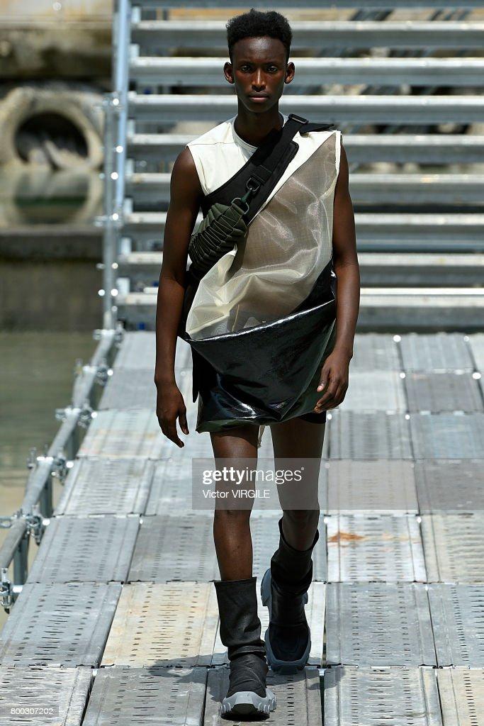 Rick Owens : Runway - Paris Fashion Week - Menswear Spring/Summer 2018 : ニュース写真