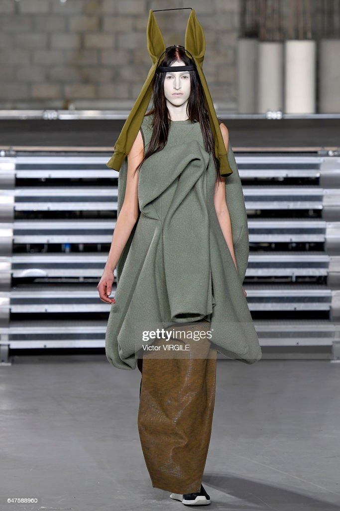 Rick Owens : Runway - Paris Fashion Week Womenswear Fall/Winter 2017/2018 : News Photo