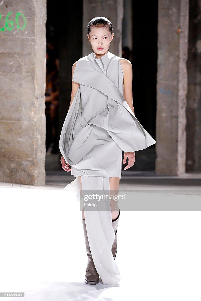 Rick Owens : Runway - Paris Fashion Week Womenswear Spring/Summer 2017 : News Photo