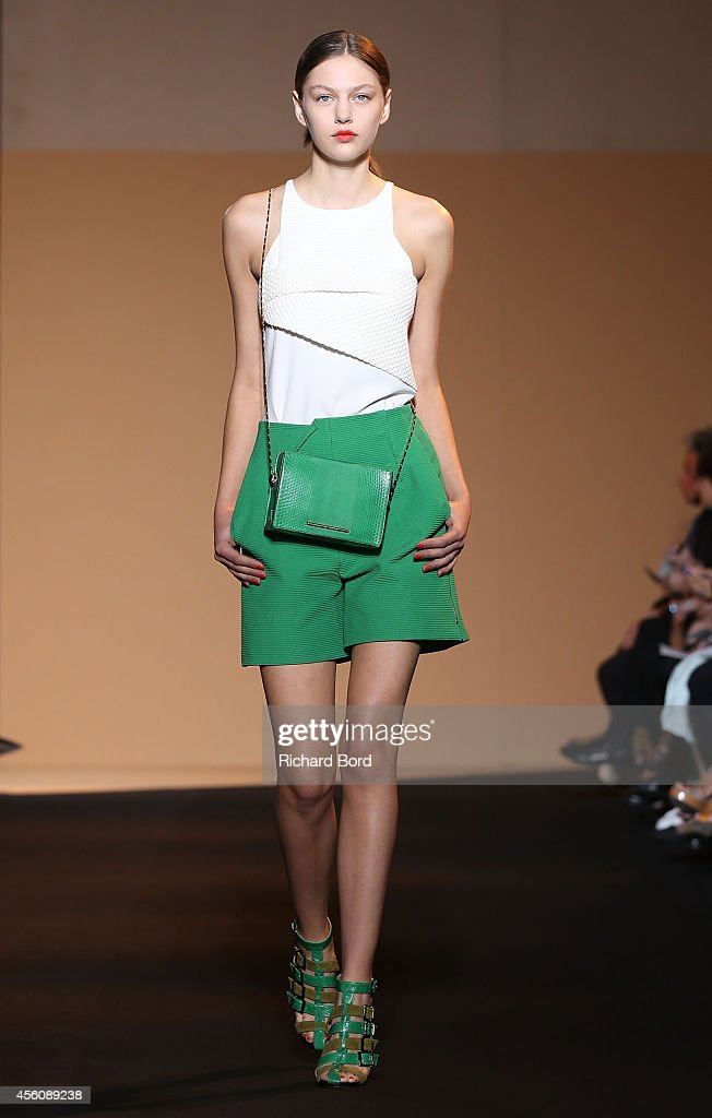 Roland Mouret : Runway - Paris Fashion Week Womenswear Spring/Summer 2015 : News Photo