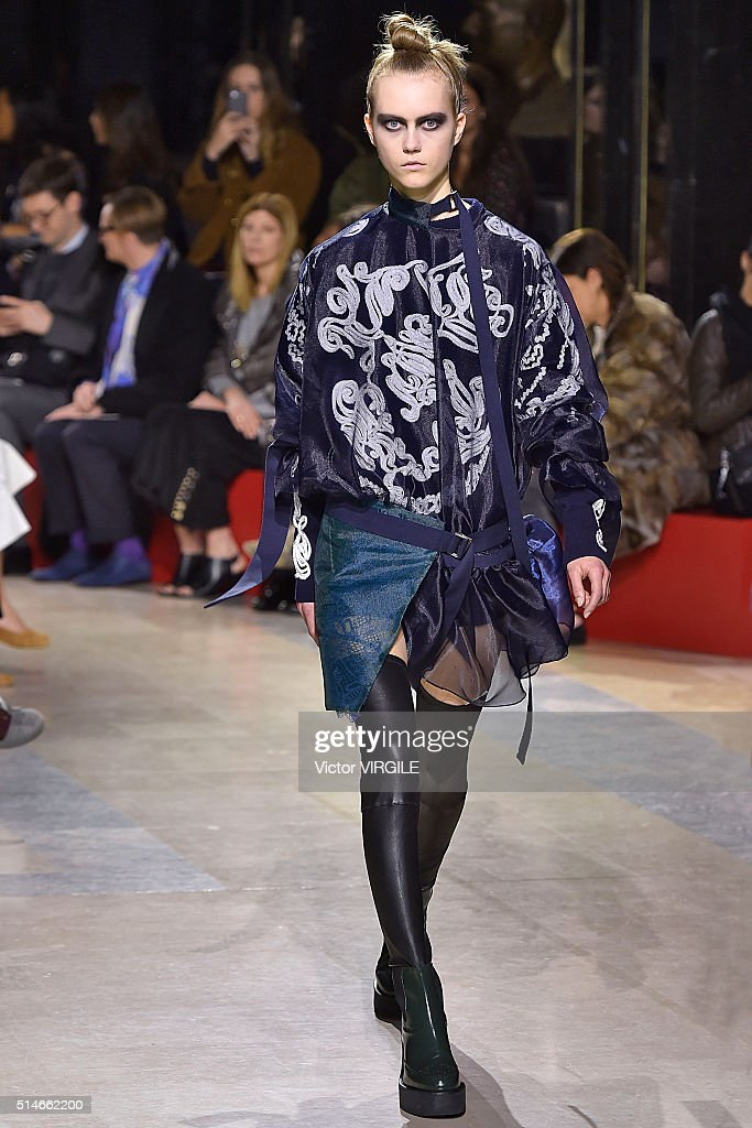 Sacai : Runway - Paris Fashion Week Womenswear Fall/Winter 2016/2017 : News Photo