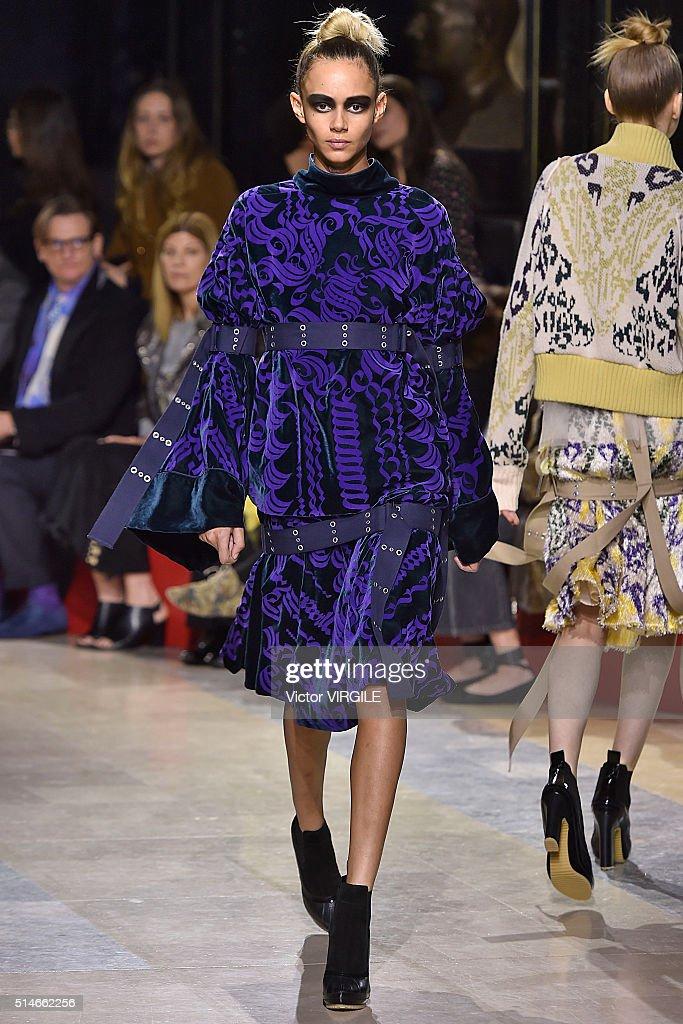 Sacai : Runway - Paris Fashion Week Womenswear Fall/Winter 2016/2017 : News Photo