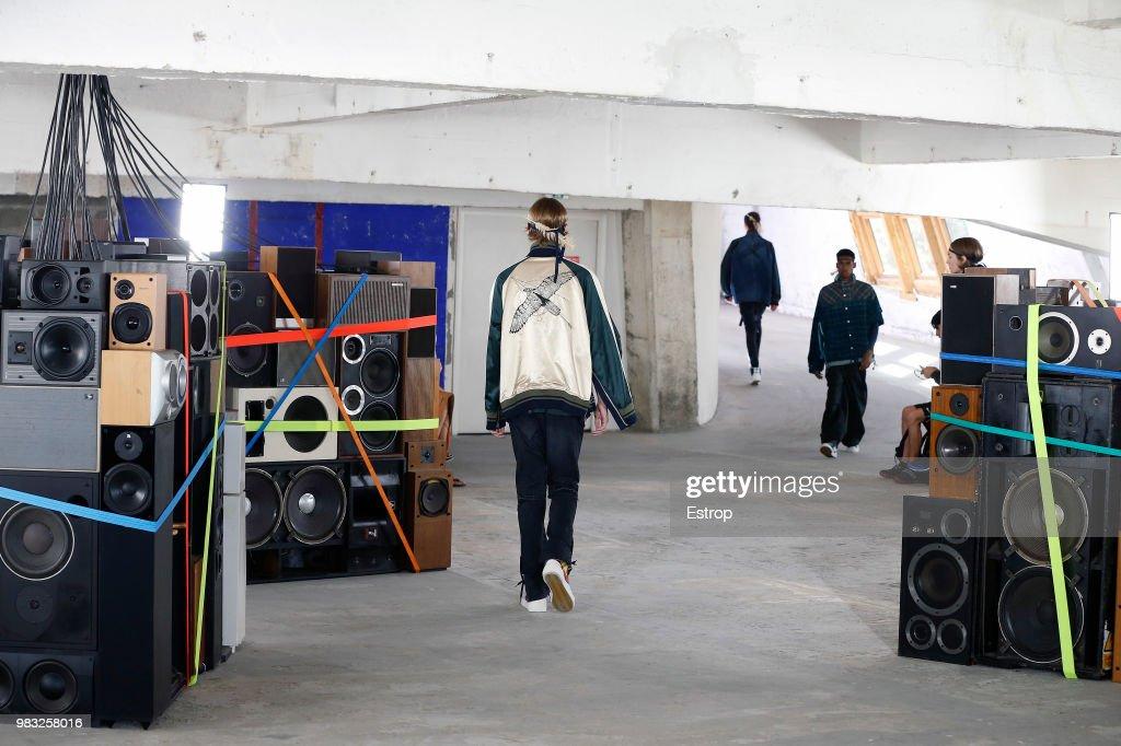 Sacai: Runway - Paris Fashion Week - Menswear Spring/Summer 2019 : ニュース写真
