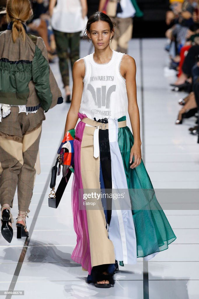 Sacai : Runway - Paris Fashion Week Womenswear Spring/Summer 2018 : ニュース写真