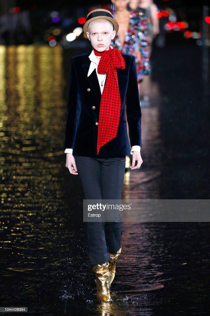 Saint Laurent : Runway - Paris Fashion Week Womenswear Spring/Summer 2019 : ニュース写真