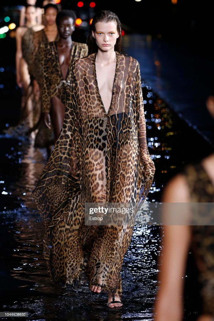 Saint Laurent : Runway - Paris Fashion Week Womenswear Spring/Summer 2019 : ニュース写真