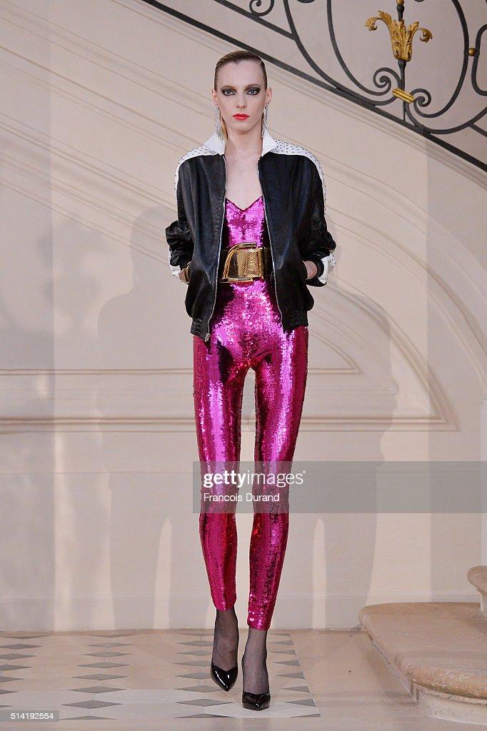 Saint Laurent : Runway - Paris Fashion Week Womenswear Fall/Winter 2016/2017 : ニュース写真
