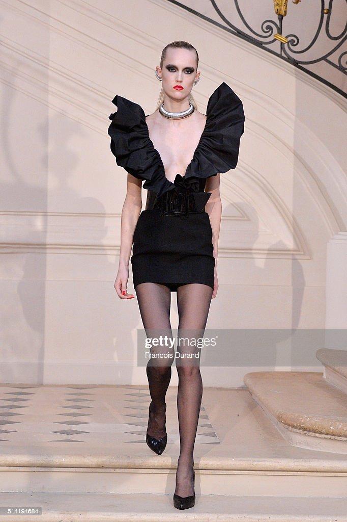 Saint Laurent : Runway - Paris Fashion Week Womenswear Fall/Winter 2016/2017 : News Photo
