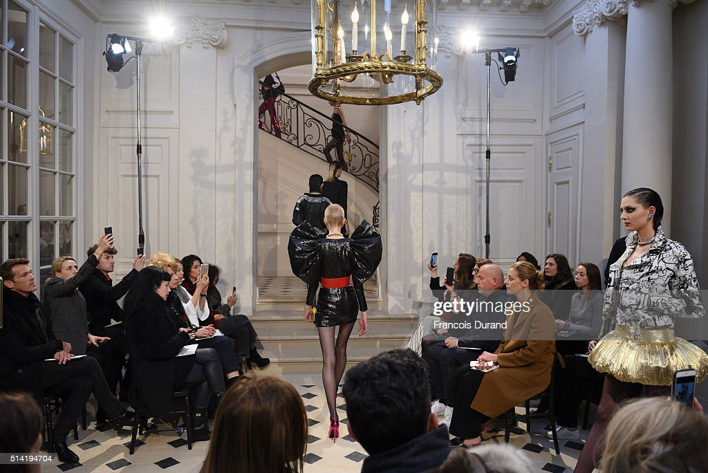 Saint Laurent : Runway - Paris Fashion Week Womenswear Fall/Winter 2016/2017 : News Photo