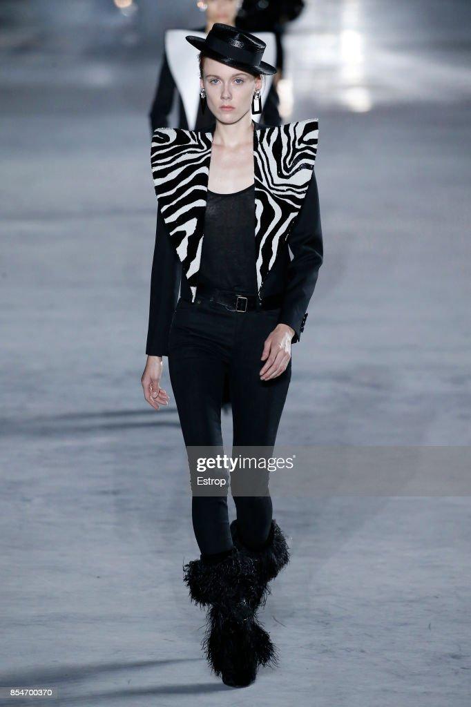 Saint Laurent : Runway -Paris Fashion Week Womenswear Spring/Summer 2018 : ニュース写真