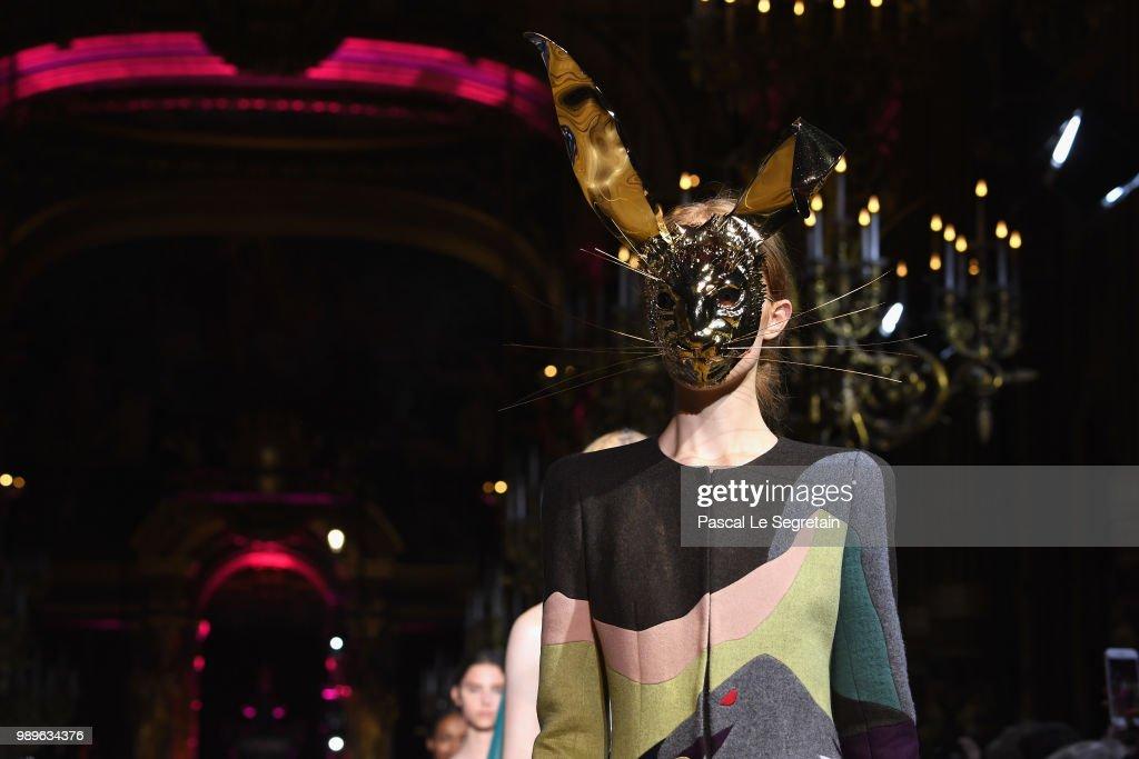 Schiaparelli : Runway - Paris Fashion Week - Haute Couture Fall Winter 2018/2019 : ニュース写真