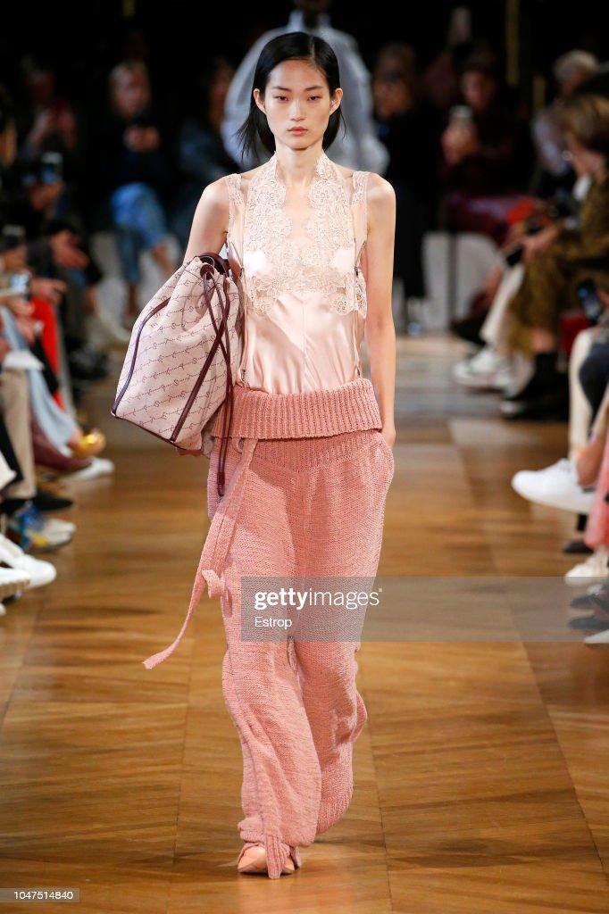 Stella McCartney : Runway - Paris Fashion Week Womenswear Spring/Summer 2019 : ニュース写真