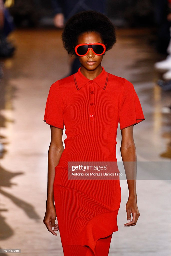 Stella McCartney : Runway - Paris Fashion Week Womenswear Spring/Summer 2016 : News Photo
