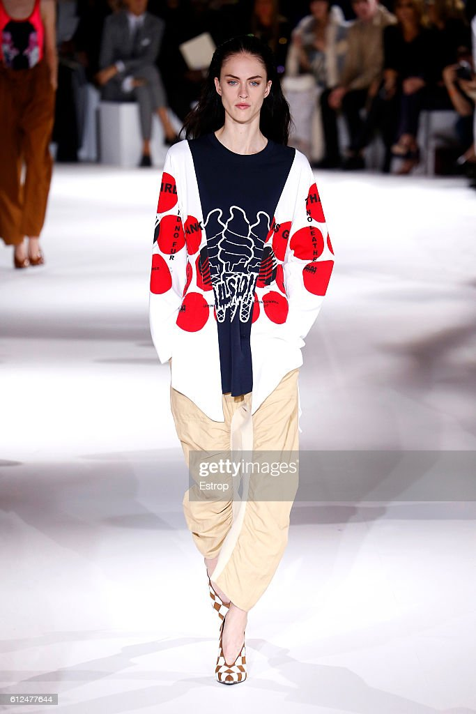 Stella McCartney : Runway - Paris Fashion Week Womenswear Spring/Summer 2017 : News Photo