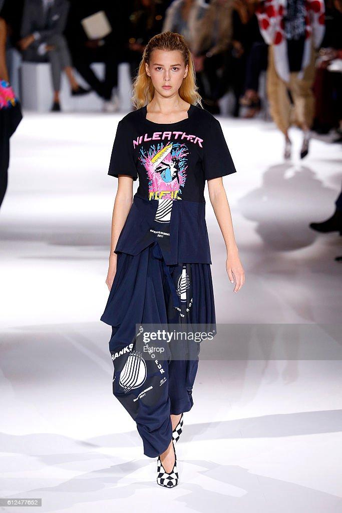 Stella McCartney : Runway - Paris Fashion Week Womenswear Spring/Summer 2017 : ニュース写真