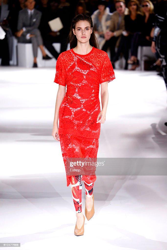 Stella McCartney : Runway - Paris Fashion Week Womenswear Spring/Summer 2017 : News Photo
