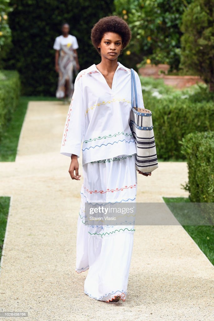 Tory Burch Spring Summer 2019 Fashion Show - Runway : Nachrichtenfoto