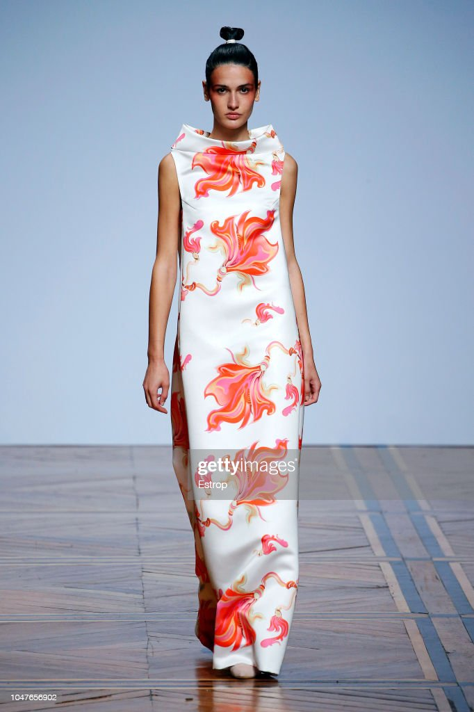 Valentin Yudashkin : Runway - Paris Fashion Week Womenswear Spring/Summer 2019 : Fotografia de notícias