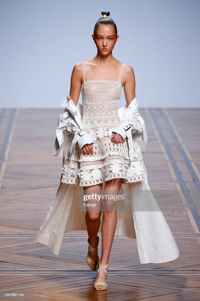 Valentin Yudashkin : Runway - Paris Fashion Week Womenswear Spring/Summer 2019 : ニュース写真