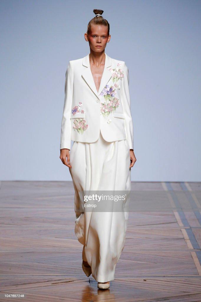 Valentin Yudashkin : Runway - Paris Fashion Week Womenswear Spring/Summer 2019 : Nachrichtenfoto