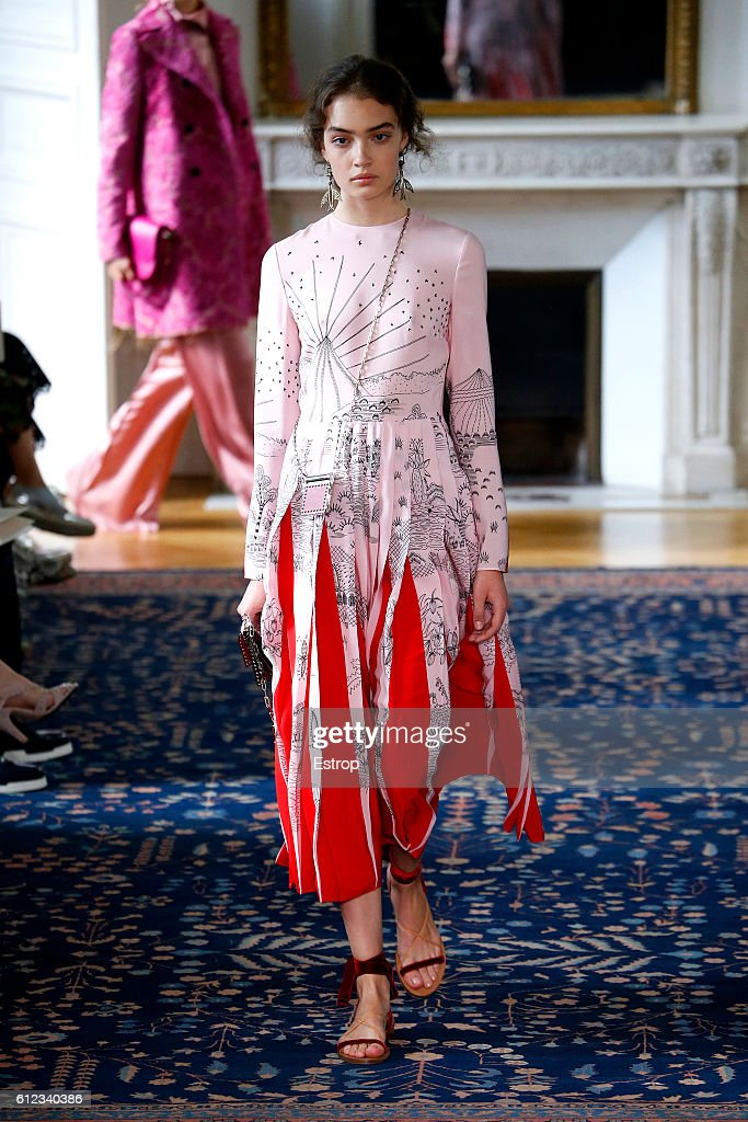 Valentino  : Runway - Paris Fashion Week Womenswear Spring/Summer 2017 : News Photo