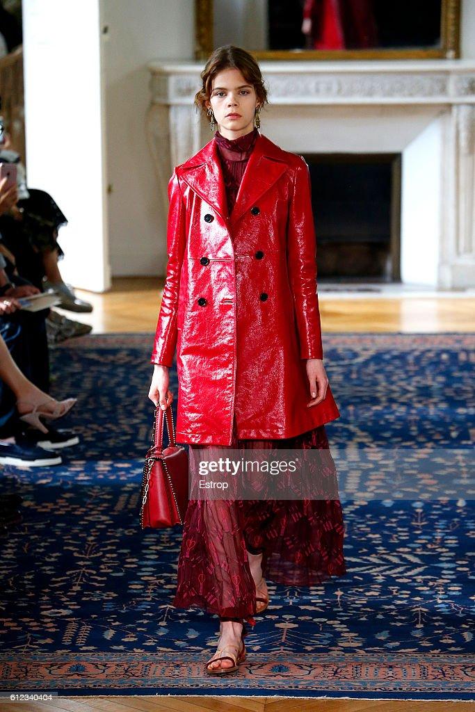 Valentino  : Runway - Paris Fashion Week Womenswear Spring/Summer 2017 : News Photo