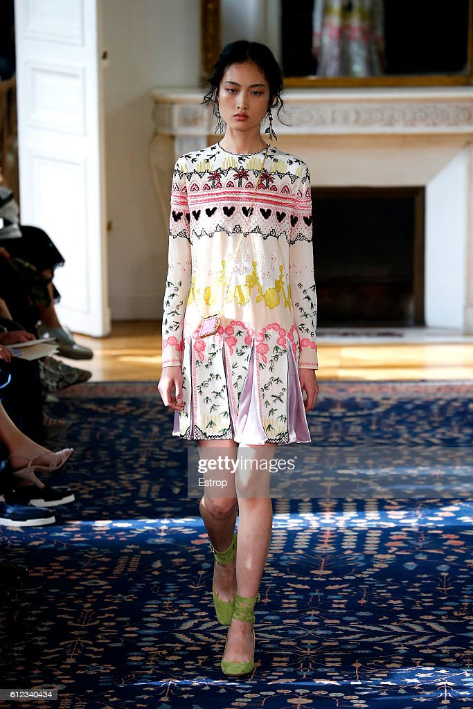 Valentino  : Runway - Paris Fashion Week Womenswear Spring/Summer 2017 : ニュース写真